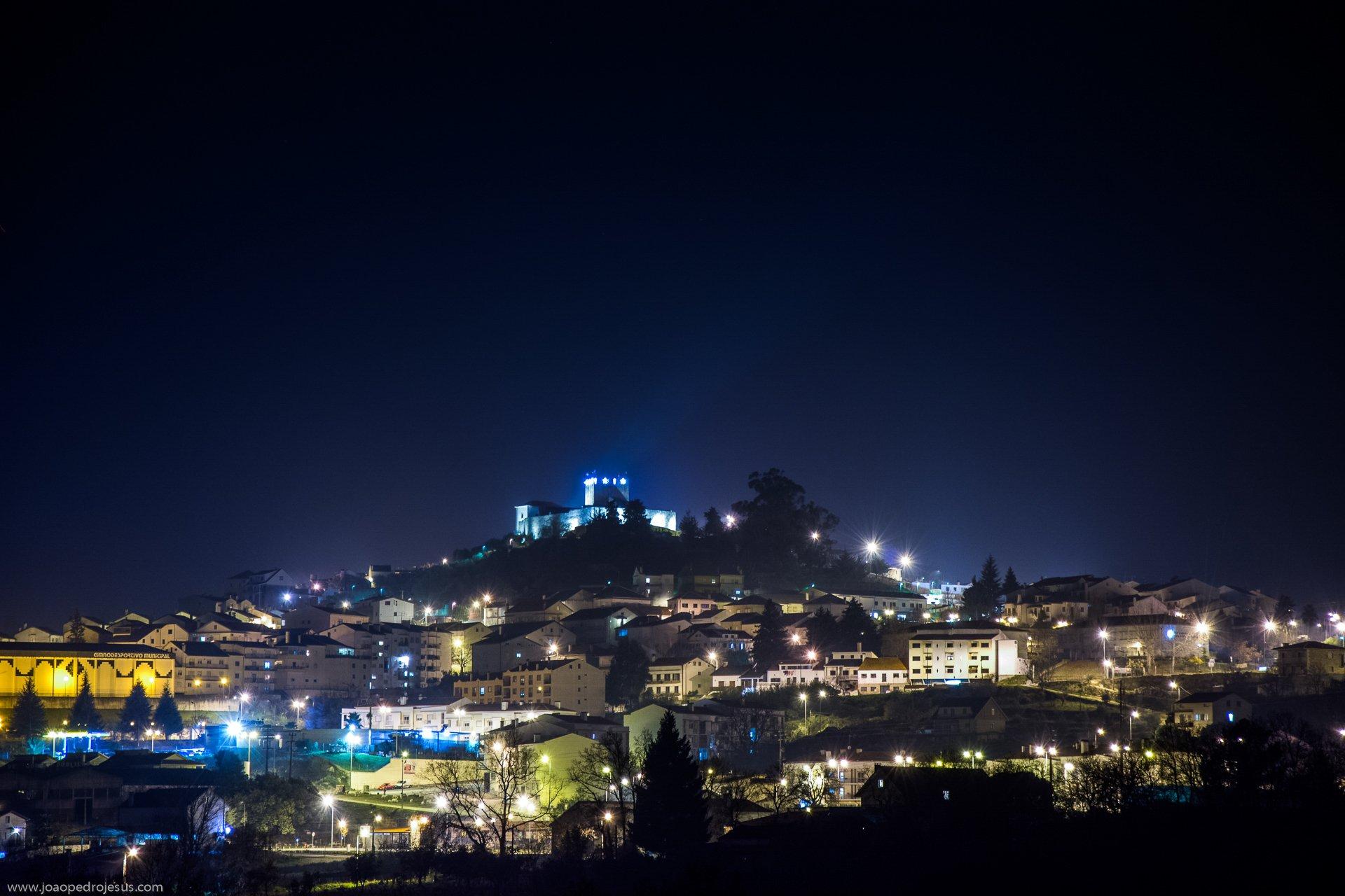 Esta imagem tem um texto alternativo em branco, o nome da imagem é 6-Vista-Norte-nocturna-da-Vila-de-Belmonte.jpg
